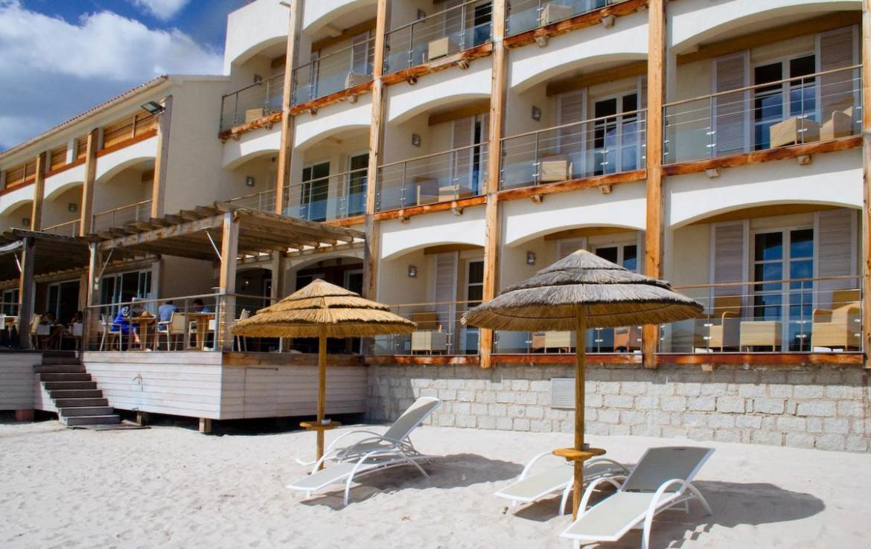 golf-expedition-golf-reizen-frankrijk-regio-corsica-hotel-le-pinarello-hotelkamers-strand-parasol-ligbedden