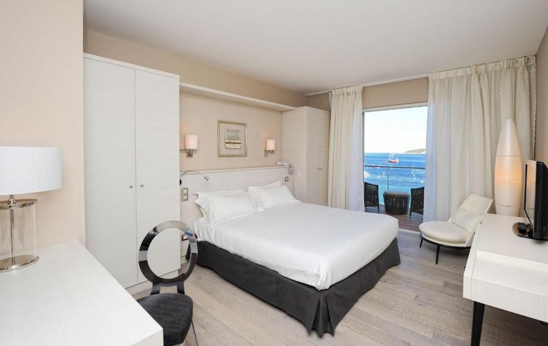 golf-expedition-golf-reizen-frankrijk-regio-corsica-hotel-le-pinarello-luxe-slaapkamer-wit-zwart-interieur-balkon-zee