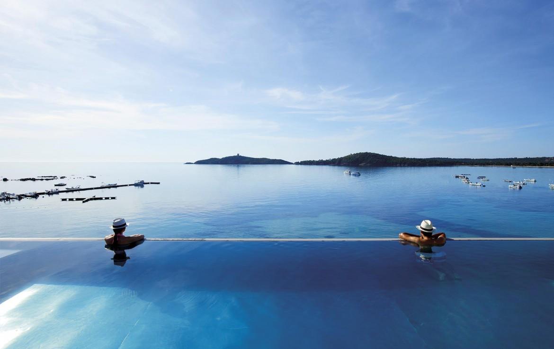 golf-expedition-golf-reizen-frankrijk-regio-corsica-hotel-le-pinarello-luxe-zwembad-met-fantastisch-uitzicht-op-zee