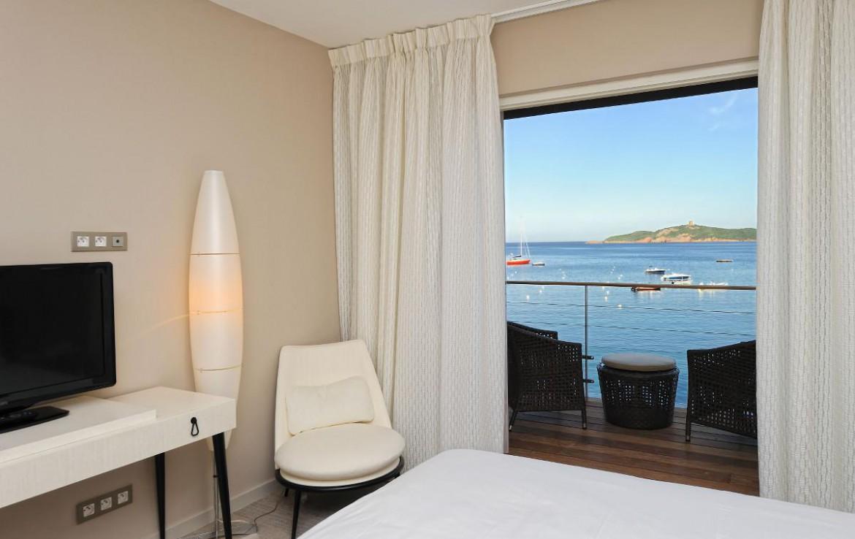 golf-expedition-golf-reizen-frankrijk-regio-corsica-hotel-le-pinarello-slaapkamer-balkon-stoelen-tv