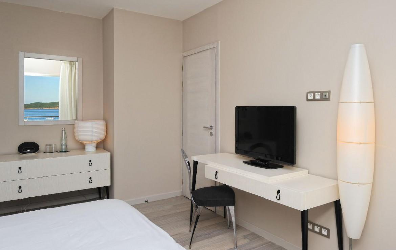 golf-expedition-golf-reizen-frankrijk-regio-corsica-hotel-le-pinarello-slaapkamer-bureau-tv