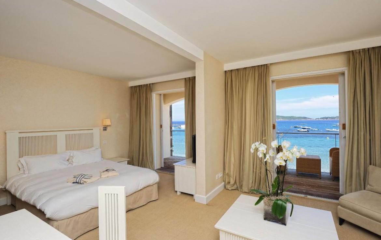 golf-expedition-golf-reizen-frankrijk-regio-corsica-hotel-le-pinarello-slaapkamer-woonruimte-lounge-uitzicht-zee