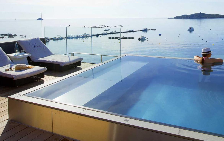 golf-expedition-golf-reizen-frankrijk-regio-corsica-hotel-le-pinarello-zee-uitzicht-zwembad-met-ligbedden