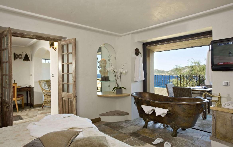 golf-expedition-golf-reizen-frankrijk-regio-corsica-hotel-u-capu-biancu-slaapkamer-losstaand-bad-woonruimte-terras