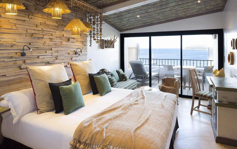 golf-expedition-golf-reizen-frankrijk-regio-corsica-hotel-u-capu-biancu-slaapkamer-luxe-terras-zee-uitzicht