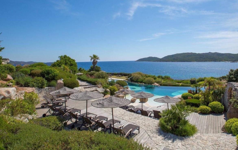 golf-expedition-golf-reizen-frankrijk-regio-corsica-hotel-u-capu-biancu-uitzicht-vanuit-hotel-zwembad-zee