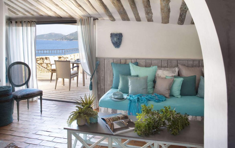 golf-expedition-golf-reizen-frankrijk-regio-corsica-hotel-u-capu-biancu-woonruimte-met-terras-uitzicht-op-zee