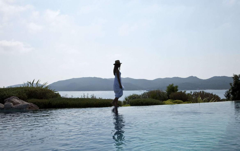 golf-expedition-golf-reizen-frankrijk-regio-corsica-hotel-u-capu-biancu-zwembad-uitzicht-zee-bergen