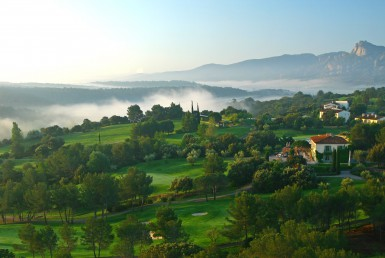 golf-expedition-golf-reizen-frankrijk-regio-cote-d'azur-Les-Domaines-de-Saint-Endréol-Golf-en-Spa-Resort-bovenaanzicht-accommodatie-villa-en-golfbanen