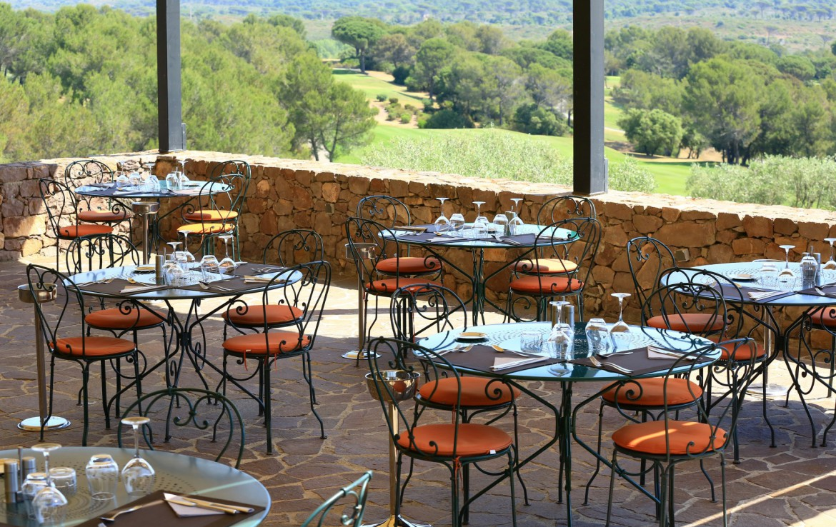 golf-expedition-golf-reizen-frankrijk-regio-cote-d'azur-Les-Domaines-de-Saint-Endréol-Golf-en-Spa-Resort-terras-restaurant