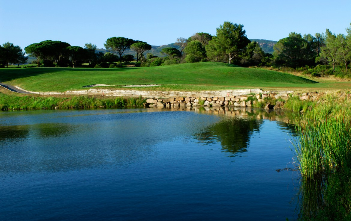 golf-expedition-golf-reizen-frankrijk-regio-cote-dazur-Les-Domaines-de-Saint-Endréol-Golf-en-Spa-Resort-water-hazard-golfbaan.jpg