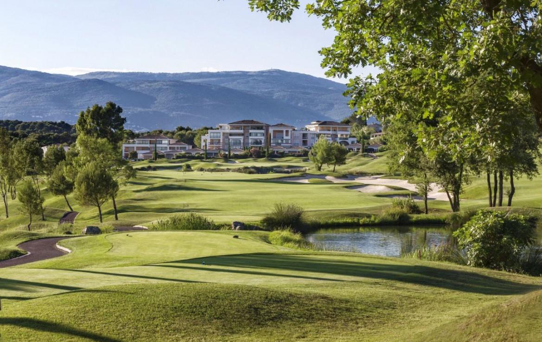 golf-expedition-golf-reizen-frankrijk-regio-cote-d'azur-cap-d'antibes-beach-hotel-golfbaan-met-hotel-achtergrond-bergen.jpg
