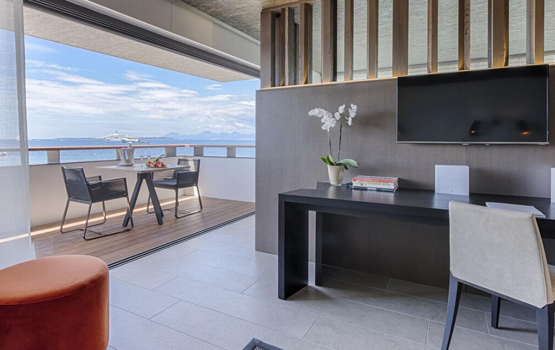 golf-expedition-golf-reizen-frankrijk-regio-cote-d'azur-cap-d'antibes-beach-hotel-kamer-met-bureau-balkon.jpg