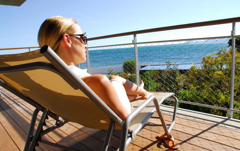 golf-expedition-golf-reizen-frankrijk-regio-cote-d'azur-cap-d'antibes-beach-hotel-ligbed-op-balkon-uitzicht-zee.jpg