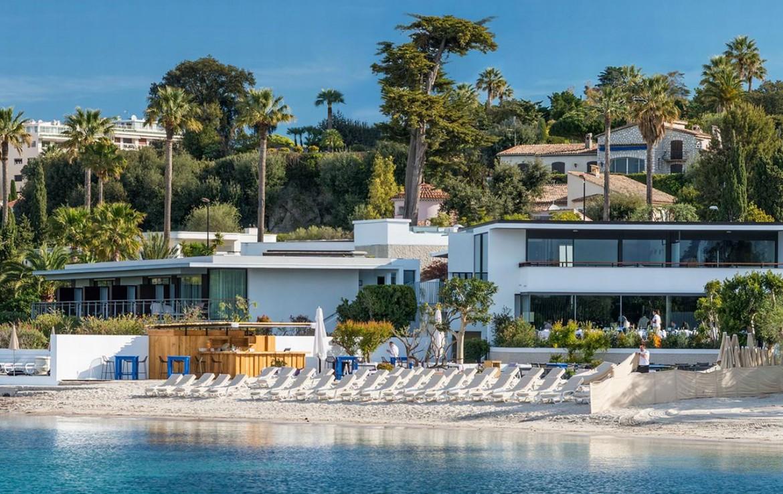 golf-expedition-golf-reizen-frankrijk-regio-cote-d'azur-cap-d'antibes-beach-hotel-ligbedden-aan-strand.jpg