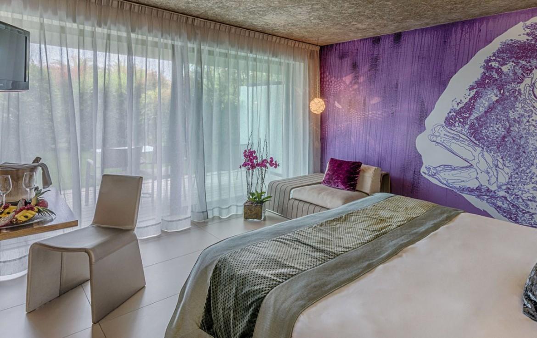 golf-expedition-golf-reizen-frankrijk-regio-cote-d'azur-cap-d'antibes-beach-hotel-luxe-slaapkamer-met-tv-en-stoelen.jpg