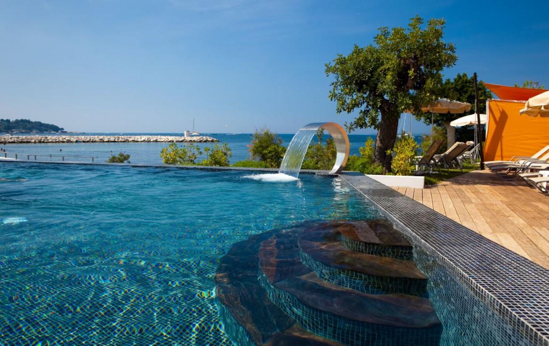 golf-expedition-golf-reizen-frankrijk-regio-cote-d'azur-cap-d'antibes-beach-hotel-luxe-zwembad-met-uitzicht-op-zee.jpg