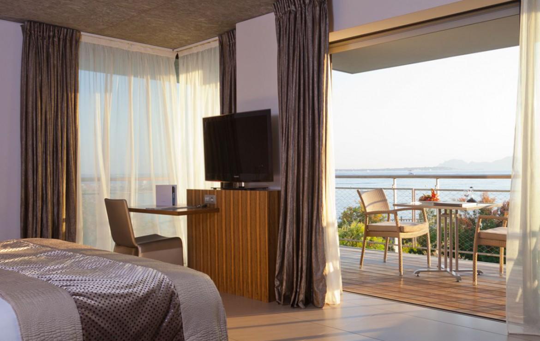 golf-expedition-golf-reizen-frankrijk-regio-cote-d'azur-cap-d'antibes-beach-hotel-slaapkamer-met-tv-en-balkon.jpg