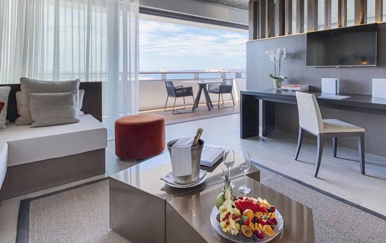 golf-expedition-golf-reizen-frankrijk-regio-cote-d'azur-cap-d'antibes-beach-hotel-slaapkamer-met-zithoek-en-balkon.jpg