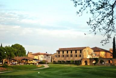 golf-expedition-golf-reizen-frankrijk-regio-cote-d'azur-chateau-de-la-begude-golfbaan-met-accommodatie-op-achtergrond