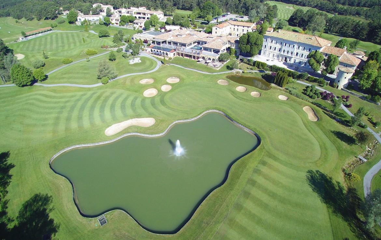 golf-expedition-golf-reizen-frankrijk-regio-cote-d'azur-chateau-de-taulane-bovenaanzicht-accomodatie-villa-met-golfbanen