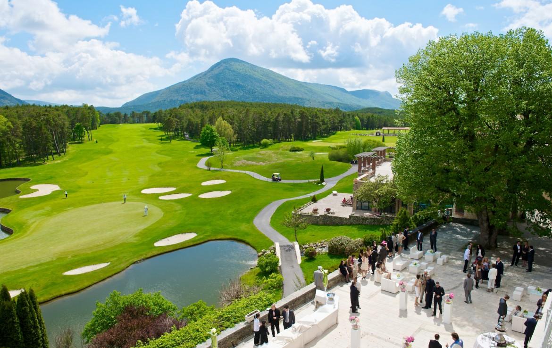 golf-expedition-golf-reizen-frankrijk-regio-cote-dazur-chateau-de-taulane-bruiloft-met-golfbaan-en-bergen-achtergrond.jpg