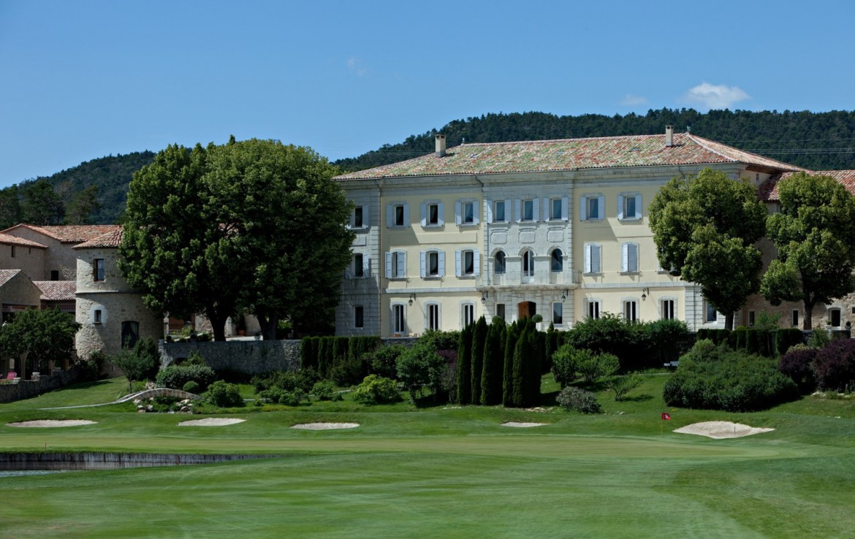 golf-expedition-golf-reizen-frankrijk-regio-cote-d'azur-chateau-de-taulane-golfbaan-met-villa-op-achtergrond