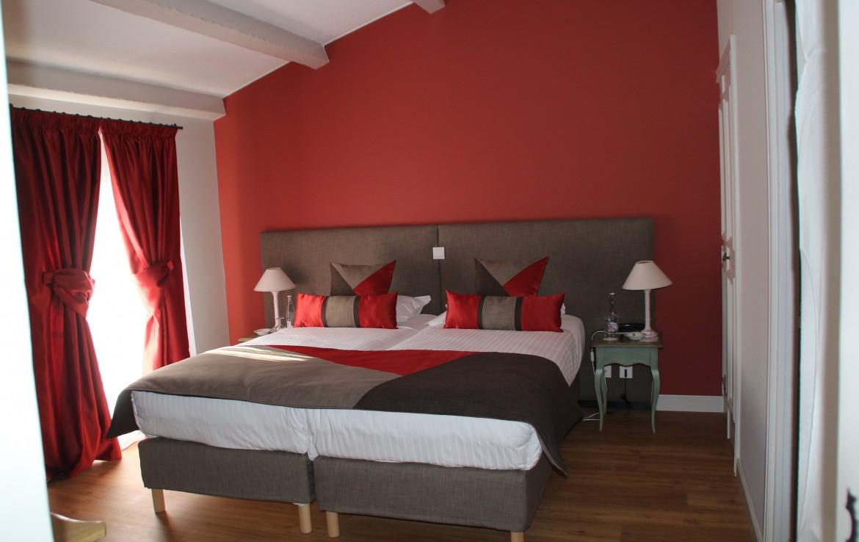 golf-expedition-golf-reizen-frankrijk-regio-cote-d'azur-chateau-de-taulane-modern-rood-ingerichte-slaapkamer