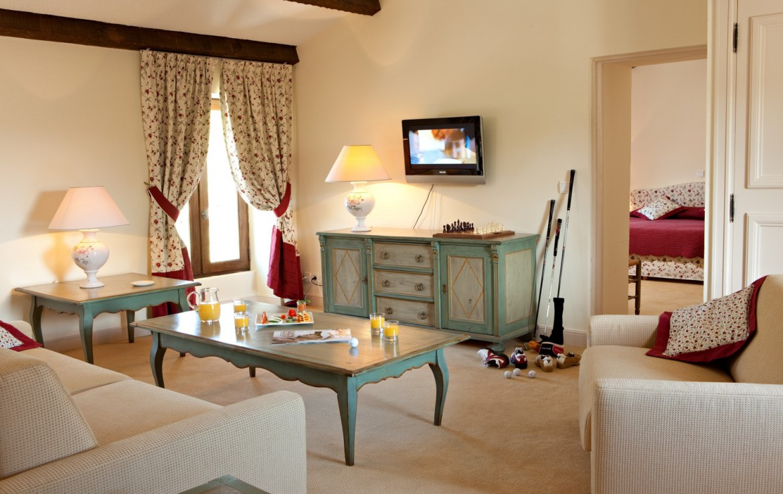 golf-expedition-golf-reizen-frankrijk-regio-cote-d'azur-chateau-de-taulane-slaapkamer-met-woonruimte-en-tv