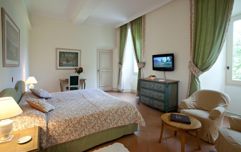 golf-expedition-golf-reizen-frankrijk-regio-cote-d'azur-chateau-de-taulane-stijlvol-ingerichte-slaapkamer-met-tv
