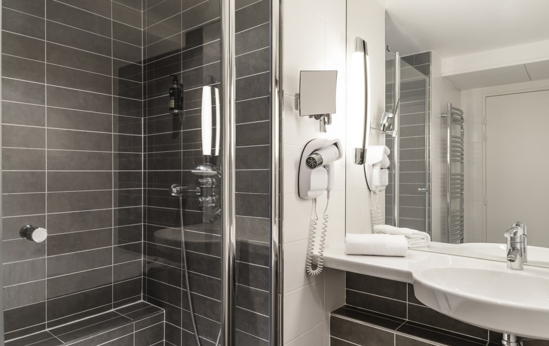 golf-expedition-golf-reizen-frankrijk-regio-cote-d'azur-golf-hotel-de-valescure-luxe-moderne-badkamer