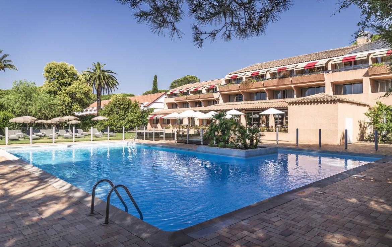 golf-expedition-golf-reizen-frankrijk-regio-cote-d'azur-golf-hotel-de-valescure-prachtig-zwembad-met-hotel-en-terras