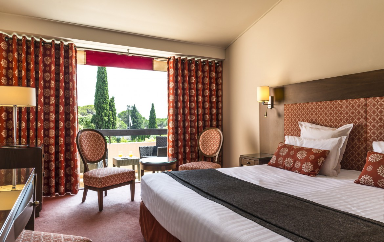 golf-expedition-golf-reizen-frankrijk-regio-cote-d'azur-golf-hotel-de-valescure-stijlvol-ingerichte-slaapkamer-met-balkon