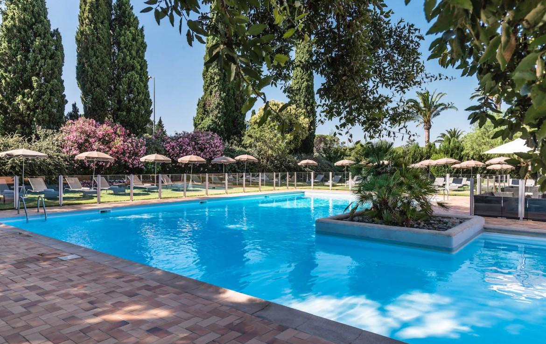golf-expedition-golf-reizen-frankrijk-regio-cote-d'azur-golf-hotel-de-valescure-zwembad-ligplekken-terras