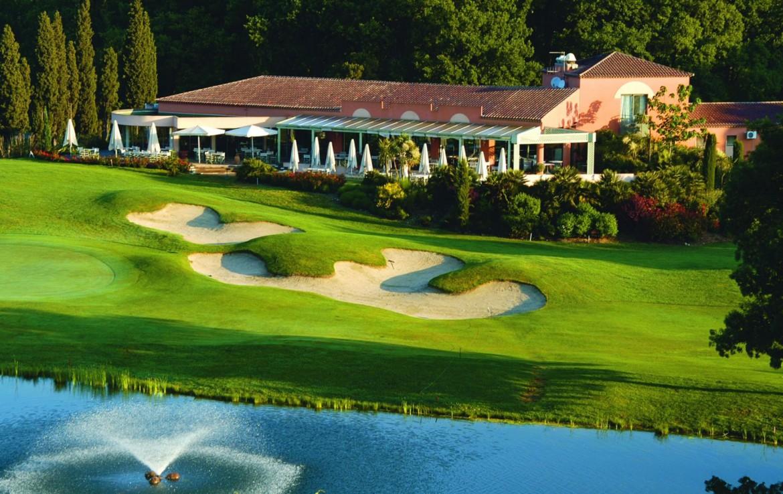golf-expedition-golf-reizen-frankrijk-regio-cote-d'azur-hotel-du-clos-golfbaan-met-water-hazard-green-fairway-en-hotel-achtergrond