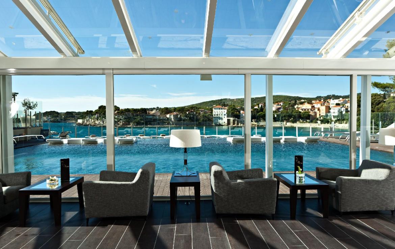 golf-expedition-golf-reizen-frankrijk-regio-cote-d'azur-hotel-ile-rousse-bar-met-zwembad-en-zee-zicht