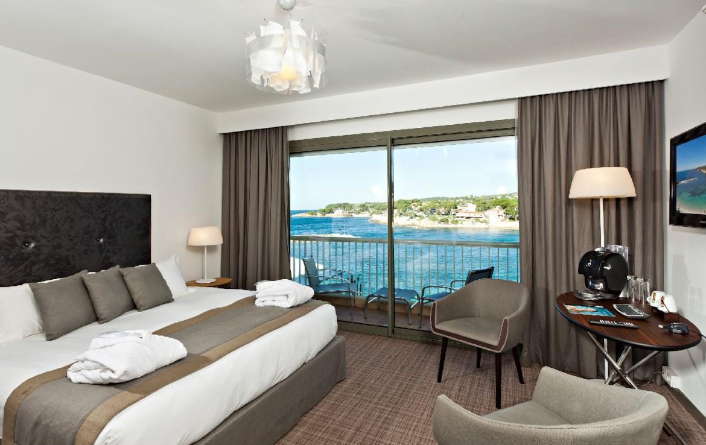 golf-expedition-golf-reizen-frankrijk-regio-cote-d'azur-hotel-ile-rousse-luxe-slaapkamer-met-balkon-en-uitzicht-op-zee