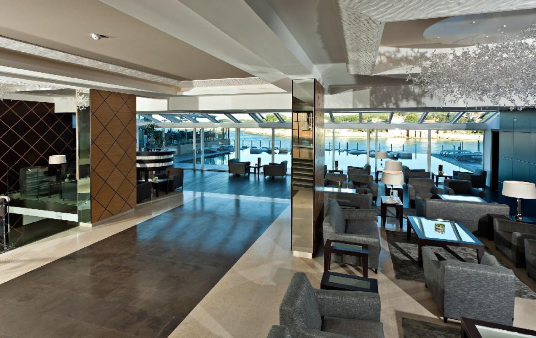 golf-expedition-golf-reizen-frankrijk-regio-cote-d'azur-hotel-ile-rousse-ontvangst-ruimte-met-zwembad-achtergrond