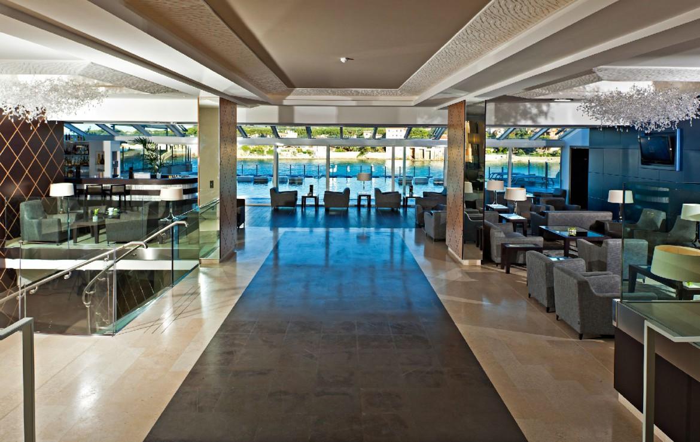 golf-expedition-golf-reizen-frankrijk-regio-cote-d'azur-hotel-ile-rousse-ontvangst-ruimte-met-zwembad-en-bar