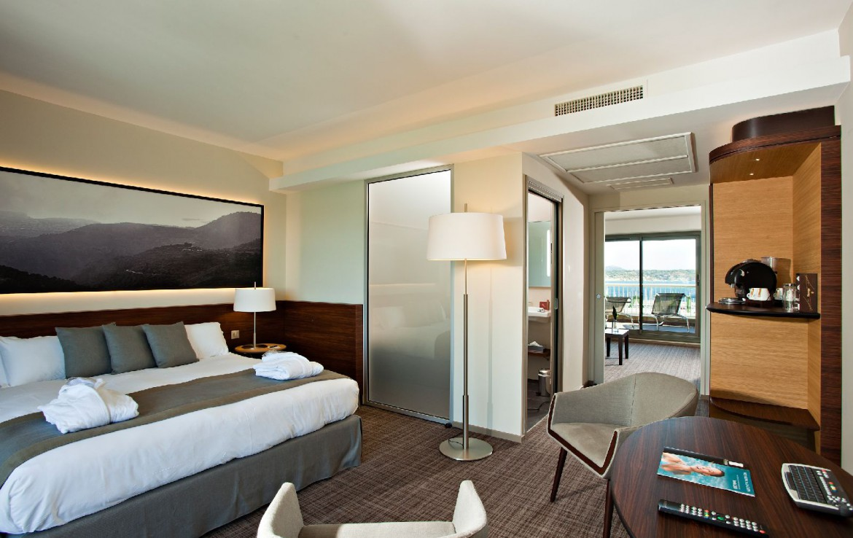 golf-expedition-golf-reizen-frankrijk-regio-cote-d'azur-hotel-ile-rousse-slaapkamer-met-badkamer-en-balkon