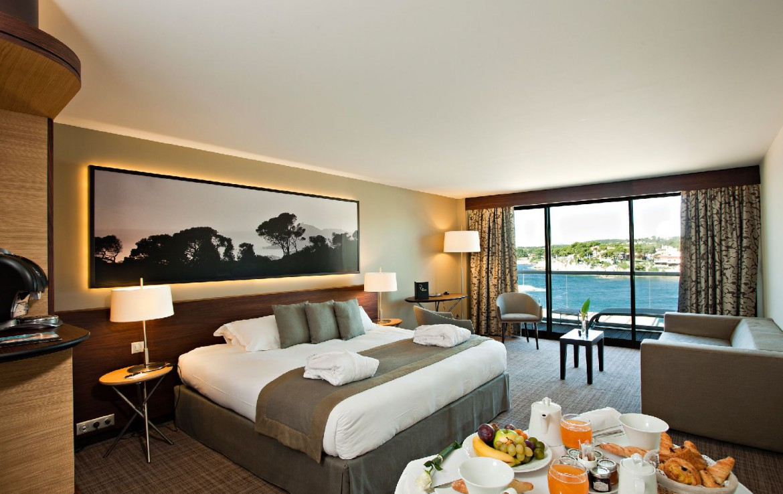golf-expedition-golf-reizen-frankrijk-regio-cote-d'azur-hotel-ile-rousse-slaapkamer-met-franse-lekkernijen-balkon-en-zee-uitzicht