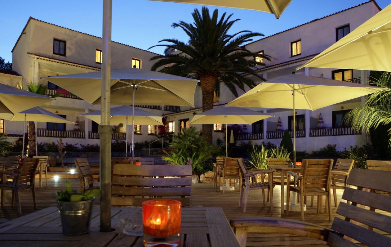 golf-expedition-golf-reizen-frankrijk-regio-cote-d'azur-hotel-le-catalogne-hotel-bij-nacht-met-terras