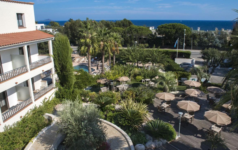 golf-expedition-golf-reizen-frankrijk-regio-cote-d'azur-hotel-le-catalogne-overzicht-van-accommodatie-terras-met-zwembad