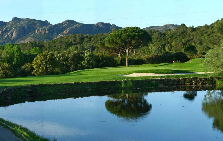 golf-expedition-golf-reizen-frankrijk-regio-cote-d'azur-hotel-le-catalogne-prachtig-gelegen-golfbaan-met-uitzicht-op-bergen