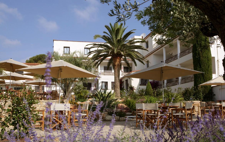 golf-expedition-golf-reizen-frankrijk-regio-cote-d'azur-hotel-le-catalogne-terras-met-hotel-op-achtergrond