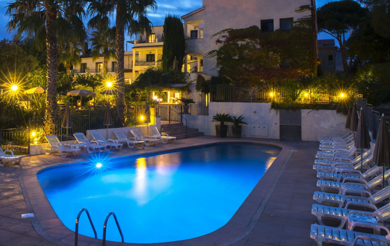 golf-expedition-golf-reizen-frankrijk-regio-cote-d'azur-hotel-le-catalogne-zwembad-in-avond-met-ligbedden