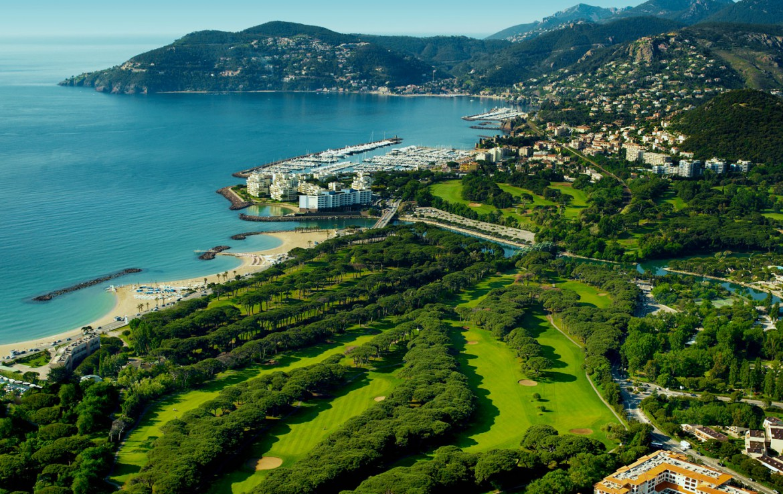 golf-expedition-golf-reizen-frankrijk-regio-cote-d'azur-hotel-le-cavendish-bovenaanzicht-golfbaan-en-omgeving
