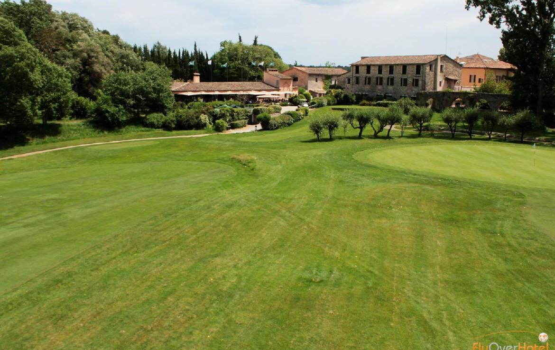 golf-expedition-golf-reizen-frankrijk-regio-cote-d'azur-hotel-le-cavendish-golfbaan-fairway-met-luxe-hotel-achtergrond