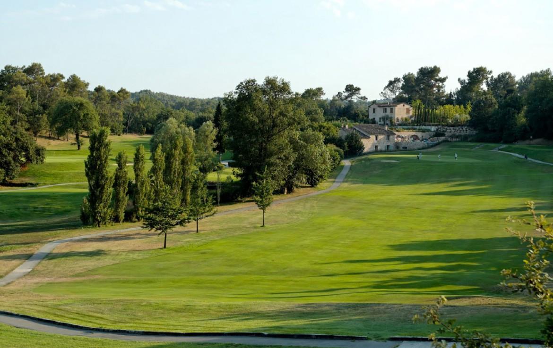 golf-expedition-golf-reizen-frankrijk-regio-cote-d'azur-hotel-le-cavendish-golfbaan-met-golfers-en-hotel-op-achtergrond