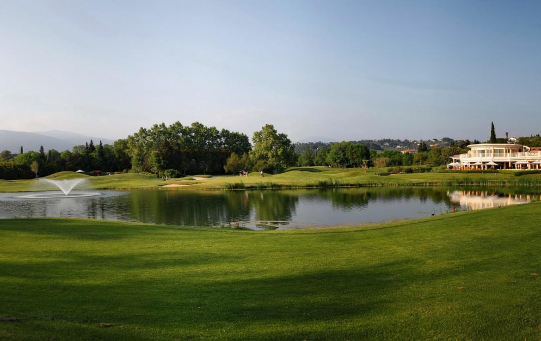 golf-expedition-golf-reizen-frankrijk-regio-cote-d'azur-hotel-le-cavendish-overzicht-van-golfbanen-met-water-hazard
